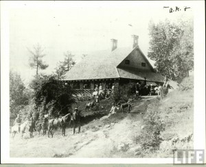 British Bungalow in India During the Raj. Image credit: Wikimedia Commons.