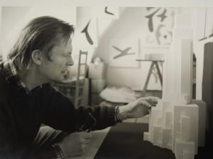 Poul Pedersen reconstituant Gota2a, photographie NB, Cote FGP MAL 4008-1, P1, ©documentation, Bibliothèque Kandinsky, Mnam-Cci