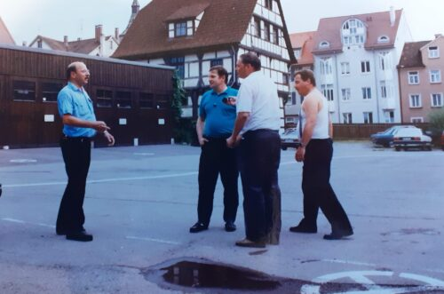 Feuerwehrmänner unterhalten sich auf der Straße