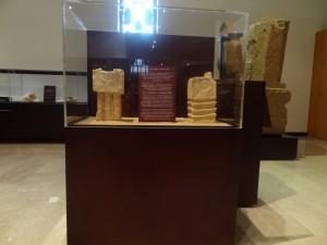 """Pyrées provenant de Khowr Rûrî conservés au musée """"The land of Frankincense"""" à Salalah."""