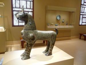 Brûle-parfum monumental seldjoukide conservé au Metropolitan Museum of Art.