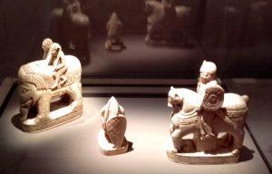 Pièces du jeu d'échec dit de Charlemagne, Trésor de Saint-Denis, Salerne (?), Italie, fin XIe s. Ivoire, traces de dorure et de peinture rouge.