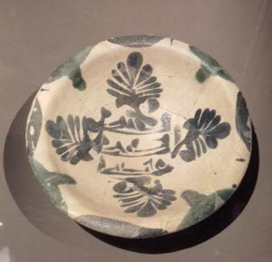Coupelle épigraphique aux palmettes digitées, Irak, IXe-Xe s. Décor bleu de cobalt sur glaçure blanche opaque.