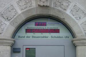 Bild: Die Schuldenuhr des Bundes der Steuerzahler in Berlin   Henry Mühlpfordt  CC BY-SA 3.0