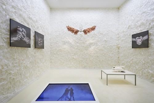 Blick in den weißen Raum »God and the Angel« © Jüdisches Museum Berlin, Foto: Yves Sucksdorff