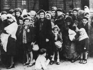 ADN-ZB Das faschistische Konzentrationslager Auschwitz Eine Gruppe Juden aus Ungarn nach der Ankunft in Auschwitz im Sommer 1944. | Deutsches Bundesarchiv, Bild 183-N0827-318 (CC BY-SA 3.0 DE)