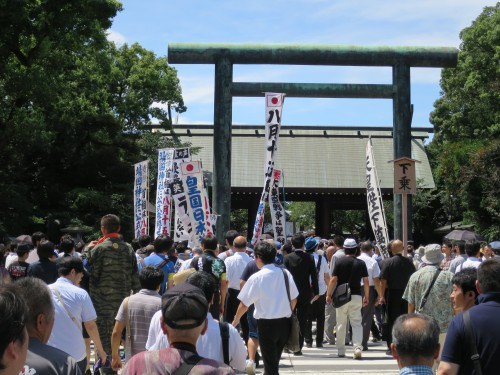 """Schlangestehen am Eingang des Yasukuni Schreins am 15. August 2015. Auf den Bannern ist u.a. zu lesen """"Der 15. August ist nicht der Gedenktag des Kriegsendes, sondern der Tag der Schande unserer Niederlage"""". Foto: Torsten Weber"""