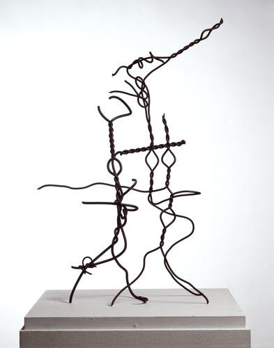 "Jacques Villeglé: Fils d'acier-Chaussée des Corsaires, Saint-Malo, 1947, Fils d'acier, 63 x 49 x 9 cm, Fils d'acier trouvés sur la Chaussée des Corsaires à Saint-Malo, Sculpture en 2 éléments, Centre Pompidou, Paris. Die Skulptur fertigte Villeglé unmittelbar nach dem Krieg an. Er nutzte dazu Metall-Schrapnelle, die er am Strand von Saint Malo gefunden hatte und die aus den Kämpfen von  ""le mur de l'atlantique"" stammten."