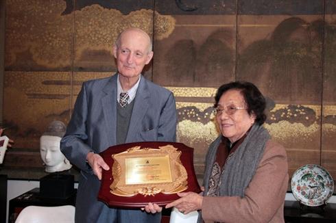 L'ancienne présidente de la RSVN Nguyên Thi Binh remet le prix Phan Châu Trinh 2012 au docteur Philippe Langlet. © 2013 Lê Hà/Vietnam+