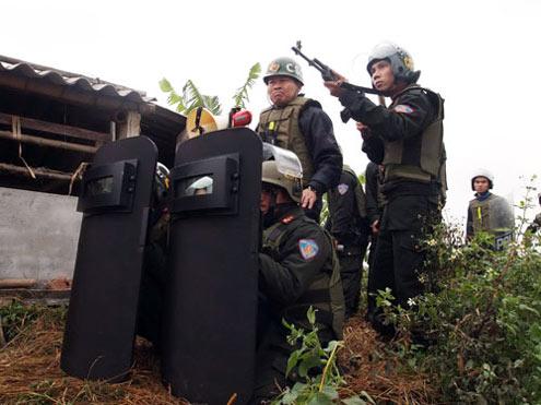 Groupe spécial d'intervention de la police populaire lors du siège de la maison de Doan Van Vuon le 5 avril 2013 © 2013 NLD