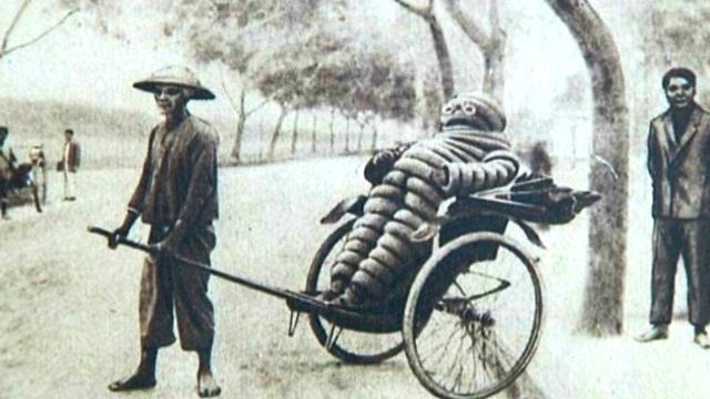 Cette carte postale des années 1920-1930 est le symbole de la domination française en Indochine. Dans les plantations d'hévéa de Michelin, 6000 coolies vont défricher des milliers d'hectares de forêts, afin de récolter cette matière première stratégique. © http://auvergne.france3.fr