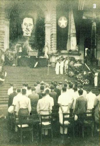 Photographie rare de la cérémonie en hommage à Nguyen Thai Hoc à Hanoi en juin 1946 sur laquelle apparaît le drapeau du Front QDD. © Xua & Nay 2013