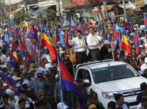 Sam Rainsy (centre D), président du CNRP, et Kem Sokha, vice-président du CNRP (centre G) pendant la manifestation. Phnom Penh, le 29 décembre 2013. © Reuters / Stringer