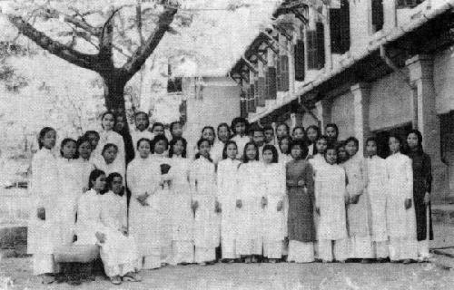 Nữ sinh Đồng Khánh Huế. Cô Hiệu trưởng Hồ Thị Thanh và nữ học sinh - Ảnh: Sông Huong