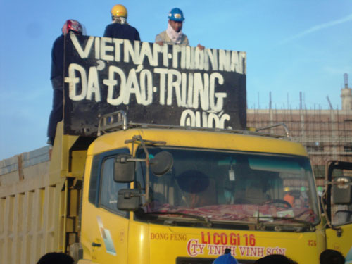 Slogan antichinois sur un camion réquisitionné © 2014 VN Express