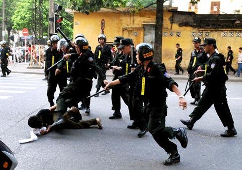Violence policière à Ha Noi contre des supporters de football en 2009 © VN Express