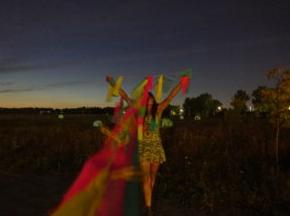 Le fonctionnaire montréalais a imaginé une personne jouant avec le vent, avec des tissus colorés. Il a choisi une plaine venteuse située au parc Frédéric-Back.