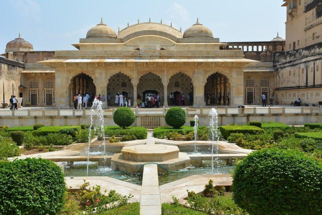 Photographie du jardin et de la façade du Diwan-i-Khas