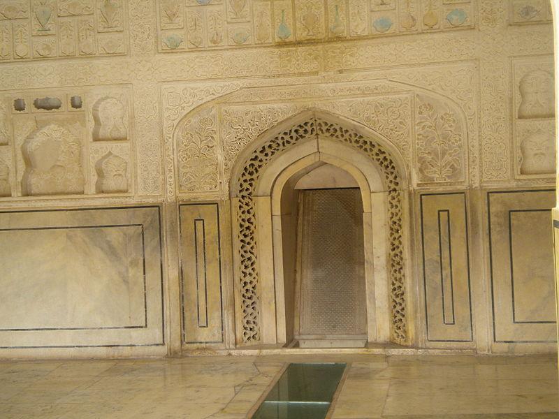 Photographie du mur du fond au Sukh Niwas avec son plan incliné sur lequel coulait l'eau parfumée et les perforations d'où sortait l'air des montagnes humidifié