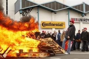 Des salariés de l'usine Continental de Clairoix après l'annonce de la fermeture du site, le 12 mars 2009 (photo Reuters)
