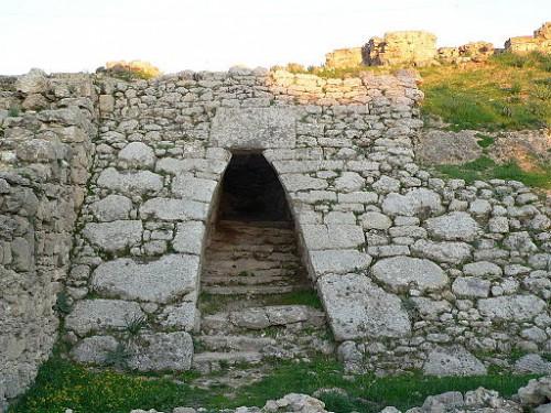 Ougarit, porte d'entré du palais, cliché Disdero (wikicommons)