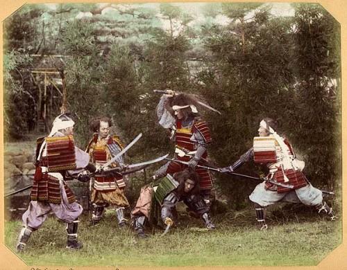 Samouraïs en costume, cliché Ogawa Kazumasa vers 1880  (Wikimedia Commons)
