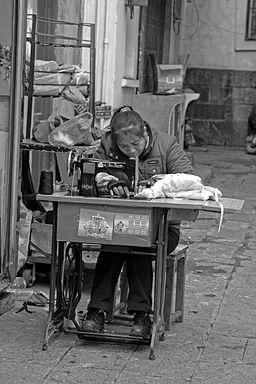 Chinoise cousant à Yangshou en 2008, cliché Stougard (wikimedia)